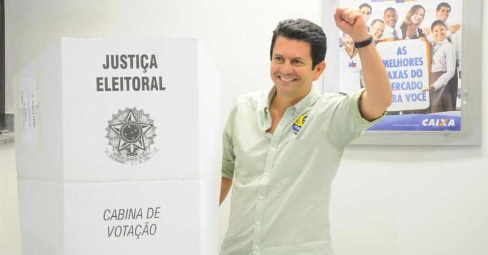 7.out.2012 - O candidato do PSDB à Prefeitura do Rio de Janeiro, Otavio Leite, votou às 10h30, na 205ª zona Eleitoral, na agência Siqueira Campos da Caixa Econômica Federal. Ele estava acompanhado da mulher, Angela Leite, dos filhos Fernando Leite e Otavio Filho, e do candidato a vice da chapa, Dr. Geraldo Nogueira, a quem acompanhou depois na votação