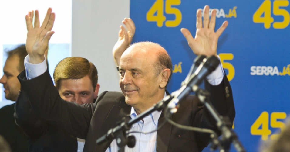 7.out.2012 - O candidato José Serra, do PSDB, comemora sua ida ao segundo turno durante coletiva de imprensa. Ele enfrentará o candidato Fernando Haddad (PT)