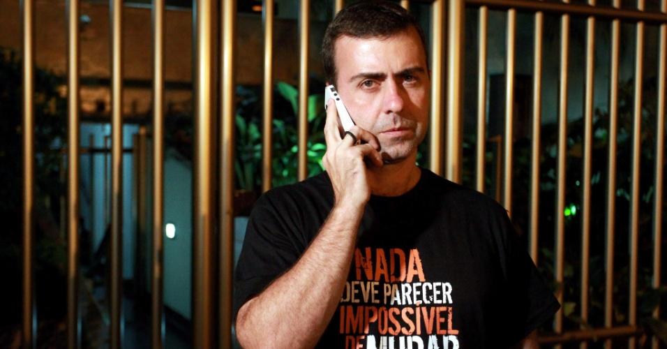 7.out.2012 - O candidato do PSOL à prefeitura do Rio de Janeiro, Marcelo Freixo, deixa a sua casa no Leblon, zona sul da cidade, depois de comentar o resultado das eleições