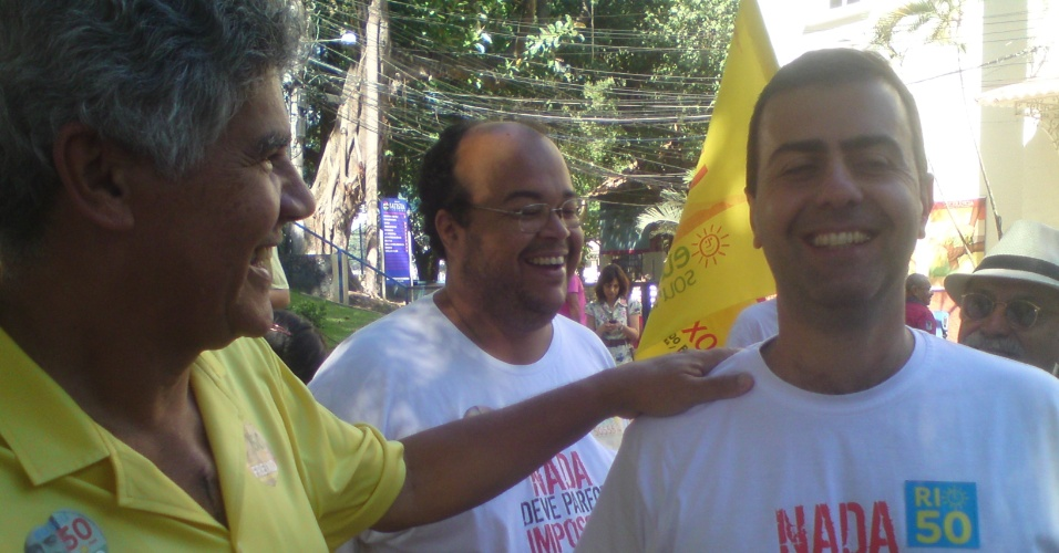 7.out.2012 -  O candidato do PSOL à Prefeitura do Rio de Janeiro, Marcelo Freixo (dir) se emociona ao lado do deputado federal Chico Alencar