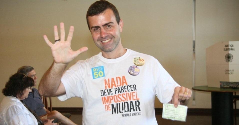 """7.out.2012 -  O candidato do PSOL à Prefeitura do Rio de Janeiro, Marcelo Freixo, vota no primeiro turno. Após votar, o candidato criticou os institutos de pesquisa que, segundo ele, transformam a eleição em """"mercadoria"""""""