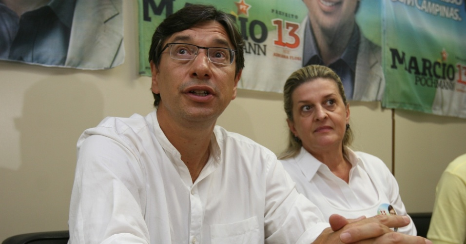 7.out.2012 - O candidato do PT a prefeito de Campinas, Márcio Pochmann, concede entrevista coletiva ao lado da vice, Adriana Flosi (PSD), no comitê de campanha da chapa, em Campinas, neste domingo