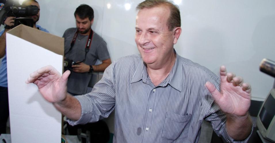 7.out.2012 - O candidato do PT à Prefeitura de Goiânia, Paulo Garcia, vota no colégio Ávila, no setor Bueno, região sul da capital
