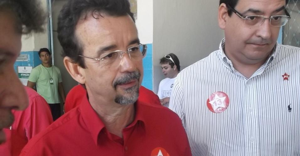 7.out.2012 - O candidato do PT à Prefeitura de Natal, Fernando Mineiro, vota no colégio Marista acompanhado do candidato a vice, Carlos Alberto Medeiros