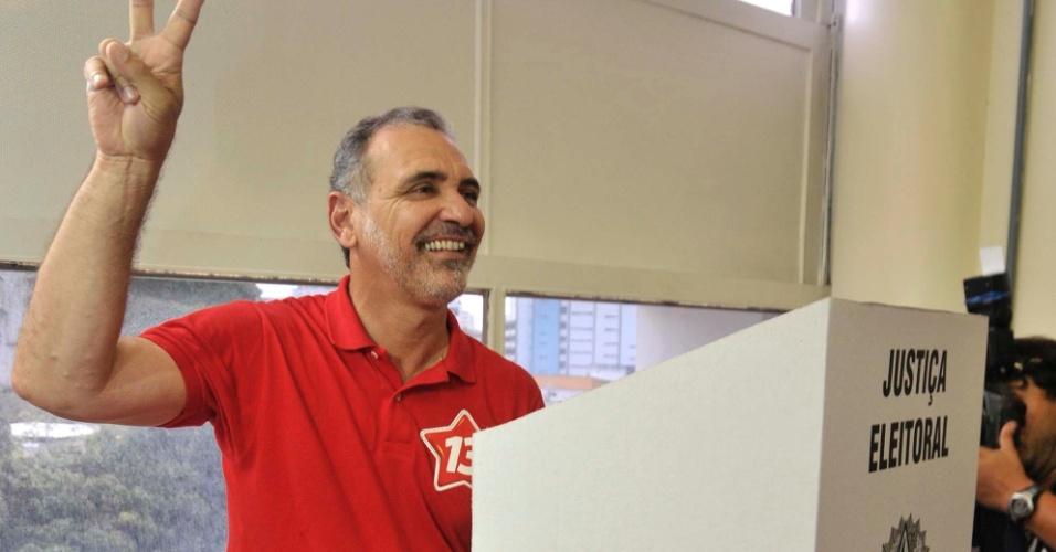 7.out.2012 - O candidato do PT à Prefeitura de Salvador, Nelson Pelegrino vota na capital baiana, acompanhado da vice, Olívia Santana, e da senadora Lídice da Mata