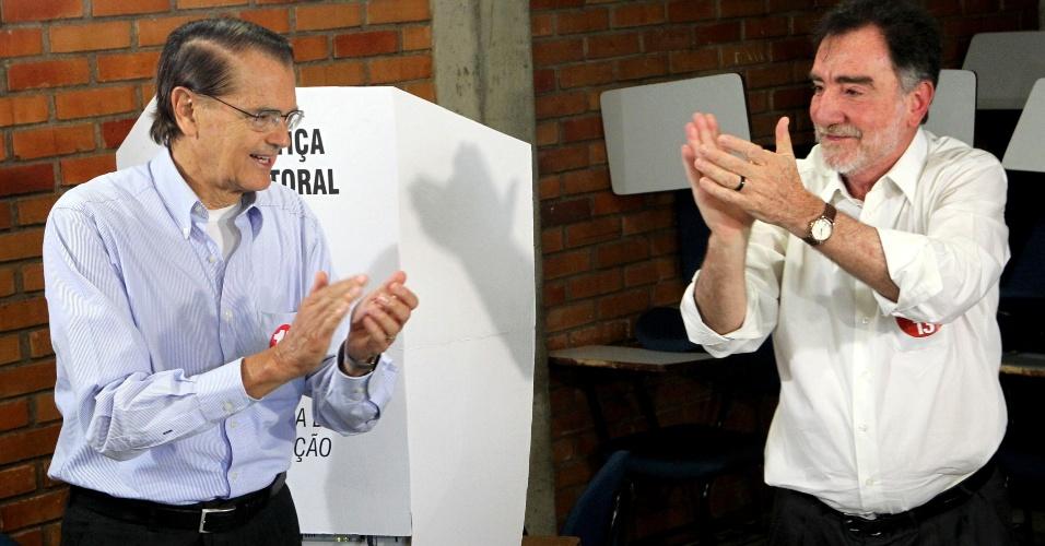 7.out.2012 - O candidato do PT à prefeitura, Patrus Ananias (dir.), vota na Universidade Católica, em Belo Horizonte, acompanhado por seu vice, Aloísio Vasconcelos (PMDB)