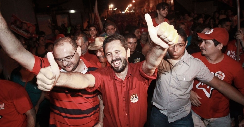 7.out.2012 - O candidato do PT Elmano de Freitas (centro) comemora ida para o 2º turno. Ele disputará com Roberto Claudio (PSB) a Prefeitura de Ceará