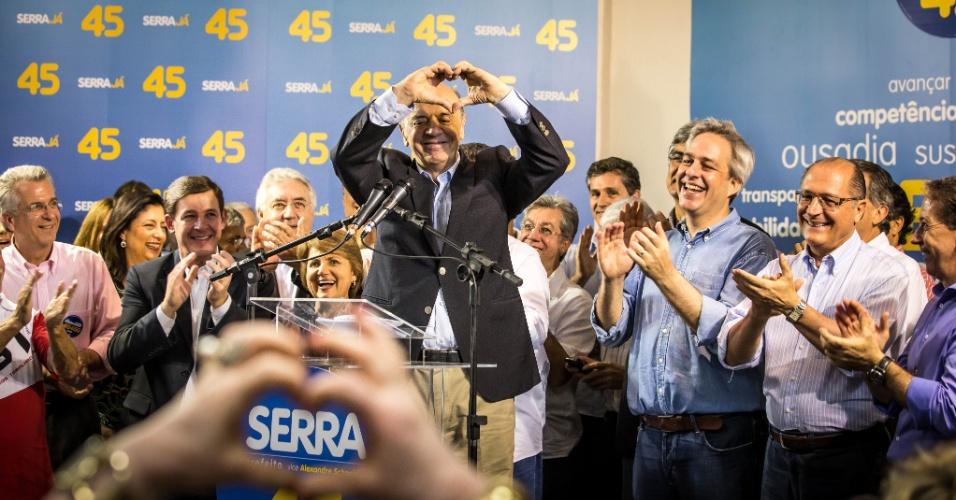 7.out.2012 - O candidato José Serra, do PSDB, faz um coração com as mãos durante coletiva de imprensa em São Paulo. Serra chega ao segundo turno com o candidato do PT, Fernando Haddad
