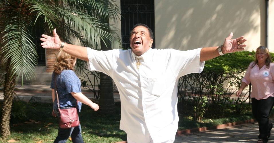 7.out.2012 - O cantor e vereador Agnaldo Timóteo abre os braços durante votação no Colégio Nossa Senhora de Sion, em São Paulo