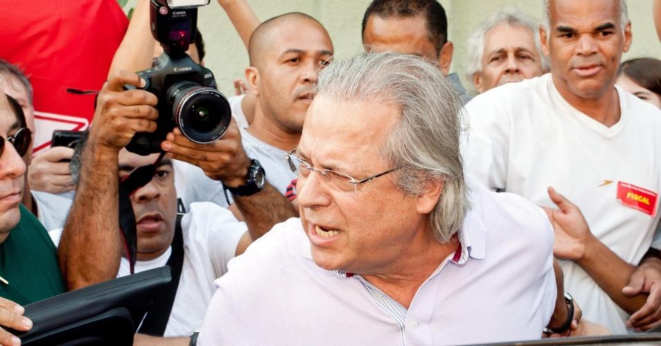 7.out.2012 - O ex-deputado federal José Dirceu chega para votar em São Paulo. Cercado de seguranças, Dirceu foi acompanhado por militantes do PT, que entoavam gritos de guerra a seu favor