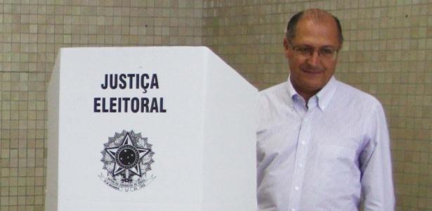 O governador de São Paulo, Geraldo Alckmin, se atrapalhou na hora de votar na tarde deste domingo (7)