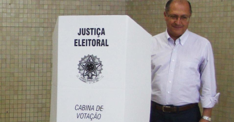 7.out.2012 - O governador de São Paulo, Geraldo Alckmin, se atrapalhou na hora de votar na tarde deste domingo (7). Por causa do barulho na seção eleitoral no colégio Santo Américo, no Jardim Colombo (zona oeste da capital), Alckmin não conseguiu ouvir o sinal da urna e ficou sem saber se o voto havia sido computado - o mesário digitou as informações e o computador confirmou o voto. O governador teve a companhia do candidato à Prefeitura de São Paulo, José Serra (PSDB), do vice na chapa, Alexandre Schneider (PSD), e do prefeito Gilberto Kassab (PSD)