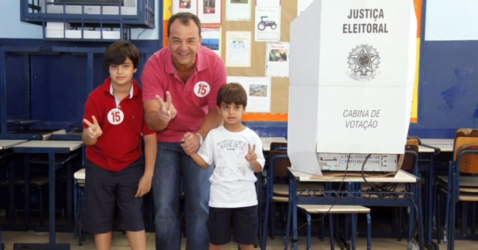 7.out.2012 - O governador do Rio de Janeiro, Sérgio Cabral, vota, acompanhado pelos filhos, Thiago e Mateus, no Colégio Roma na Praça do Lido, em Copacabana, zona sul da cidade
