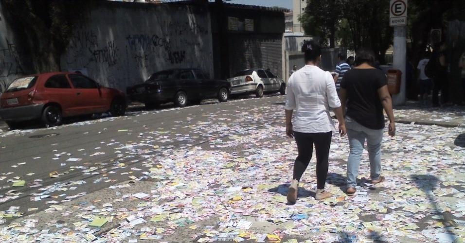 7.out.2012 - O internauta  Leo Lucca, de São Bernardo do Campo (SP), registrou imagem de via tomada por sujeira das campanhas eleitorais