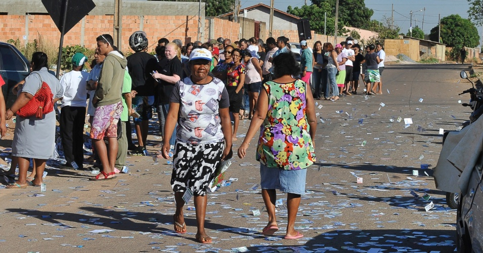 7.out.2012 - O lixo se acumula nos locais de votação no município de Luziânia (GO), neste domingo. Os moradores de Águas Lindas (44 quilômetros de Brasília) reclamam da sujeira deixada por apoiadores de candidatos às eleições municipais