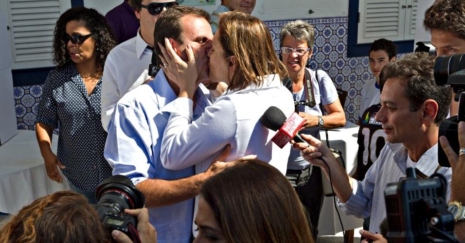 7.out.2012 - O prefeito do Rio de Janeiro e candidato à reeleição, Eduardo Paes (PMDB), beijou a mulher, Cristiane, após votar na zona sul da capital fluminense
