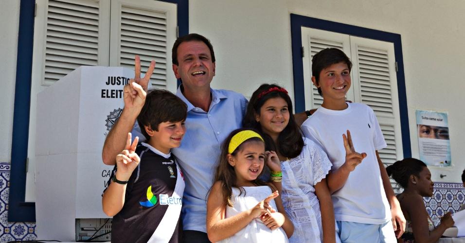 """7.out.2012 - O prefeito do Rio de Janeiro e candidato à reeleição, Eduardo Paes (PMDB), votou por volta de 9h10 ao lado dos filhos e sobrinho em uma zona eleitoral na zona sul da capital fluminense. Ao deixar a cabine de votação, o peemedebista afirmou """"não se considerar favorito"""", e disse que """"pesquisas não emocionam nem deprimem"""""""