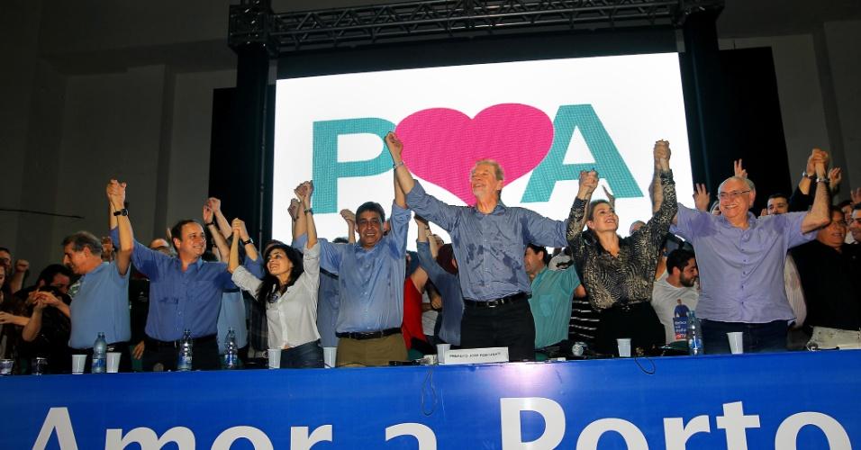 7.out.2012 - O prefeito reeleito de Porto Alegre, José Fortunati (PDT), concede entrevista para jornalista na sede do comitê central, na capital gaúcha, após a conclusão da apuração dos votos. Na cidade onde a presidente Dilma Rousseff vota, o petista Adão Villaverde, o Villa, ficou em terceiro