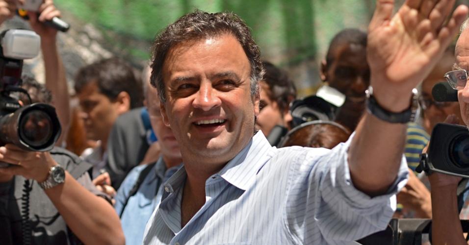 7.out.2012 - O senador Aécio Neves após acompanha o voto do prefeito de Belo Horizonte e candidato à reeleição, Márcio Lacerda, na região centro-sul da cidade, neste domingo (07)