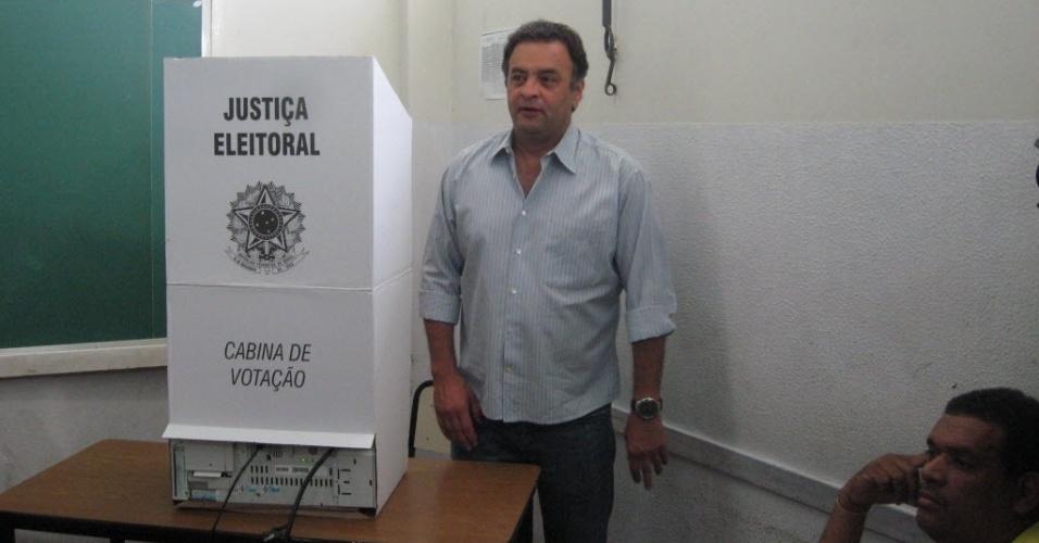 """7.out.2012 - O senador Aécio Neves (PSDB) vota em Belo Horizonte. Ele compareceu para votar ao lado do candidato à reeleição, o prefeito Márcio Lacerda (PSB). Questionado sobre a sucessão presidencial de 2014, Aécio disse: """"nós todos somos mineiros, praticamente. E digo sempre: mineiro não coloca o carro na frente dos bois. Estamos em 2012"""""""