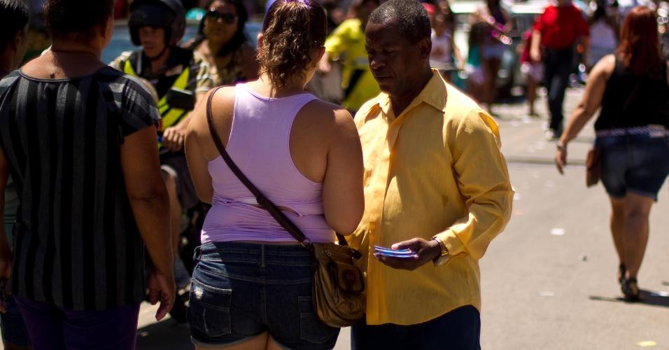 7.out.2012 - Panfletagem na favela da Grota, no Complexo do Alemão, no domingo de eleições no Rio de Janeiro. Os eleitores do Complexo do Alemão, votaram pela primeira vez, em muitos anos, sem a influência direta do tráfico de drogas