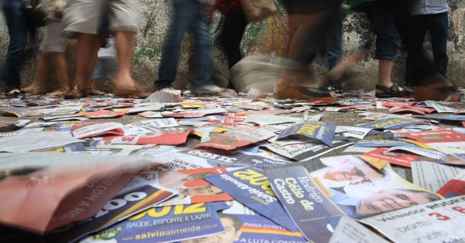 """7.out.2012 - Papéis com números de candidatos, conhecidos como """"santinhos"""", sujam a entrada do Colégio Estadual Central, local de votação em Belo Horizonte"""
