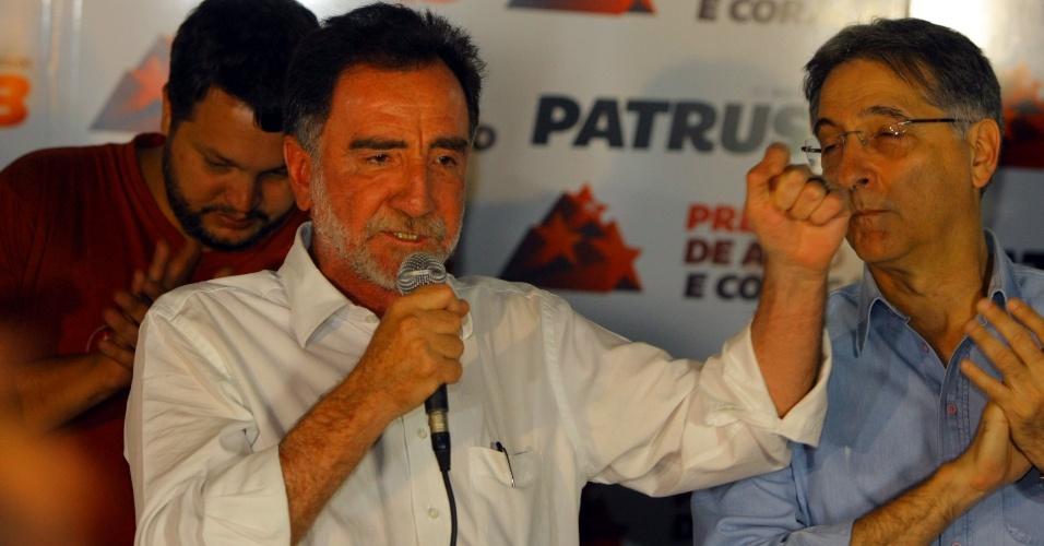 7.out.2012 - Patrus Ananias, candidato do PT à prefeitura de Belo Horizonte (MG), discursa em seu comitê após derrota para Márcio Lacerda