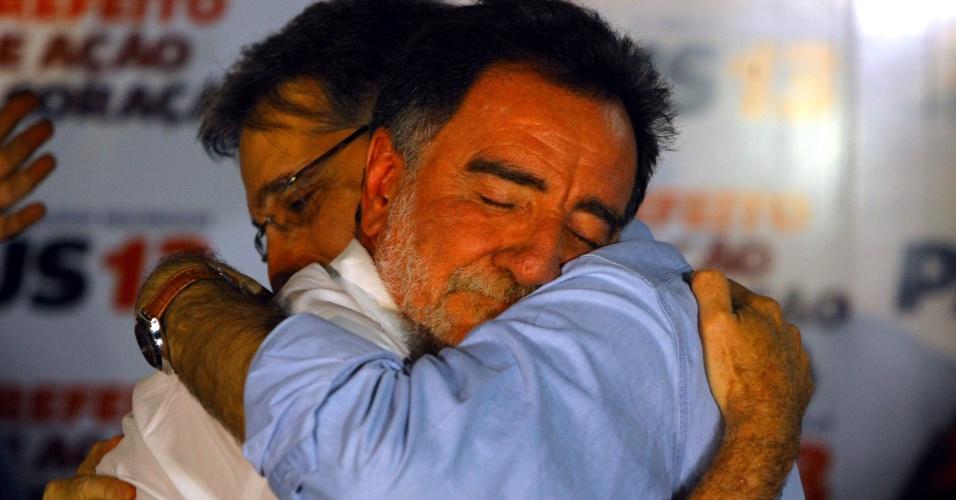 7.out.2012 - Patrus Ananias, candidato do PT à prefeitura de Belo Horizonte (MG), é consolado em seu comitê após derrota para Márcio Lacerda