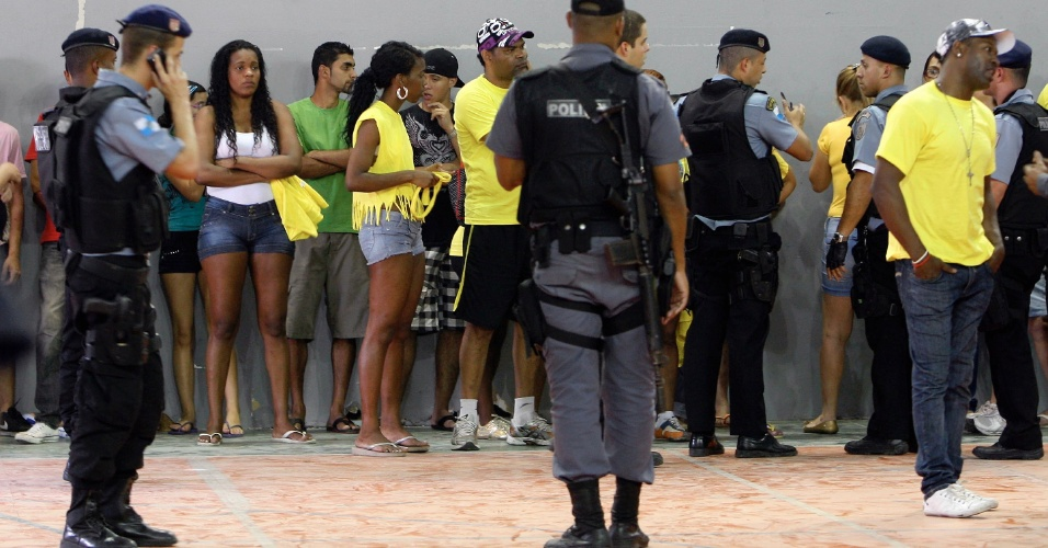7.out.2012 - Presos fazendo boca de urna nas eleições são levados para uma delegacia no Maracanãzinho, no Rio de Janeiro. Ao menos 400 pessoas foram presas por crime eleitoral na capital fuminense
