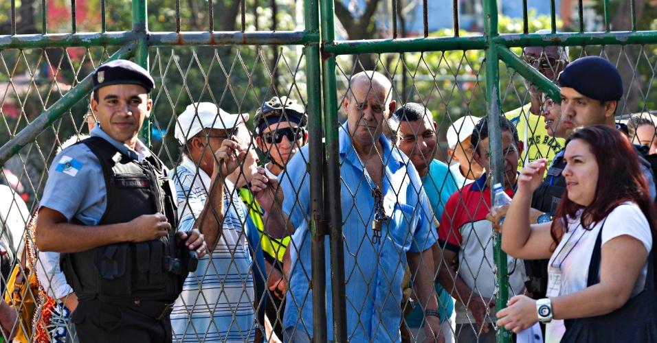7.out.2012 - Primeiro eleitor na fila, desde às 4hs da manhã, Arnobio Rosa Martins, de 60 anos, veio direto de Mato Grosso para a fila
