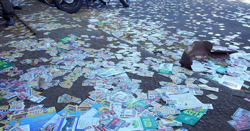 7.out.2012 - Rua em frente ao colégio estadual Cultura e Cooperativismo, em Goiânia (GO), fica cheia de santinhos e panfletos no primeiro turno das eleições