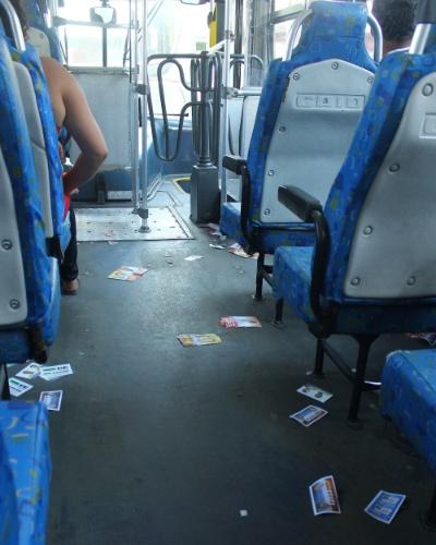 7.out.2012 - Santinhos e panfletos também são vistos em ônibus na cidade de Tabõao da Serra (SP)