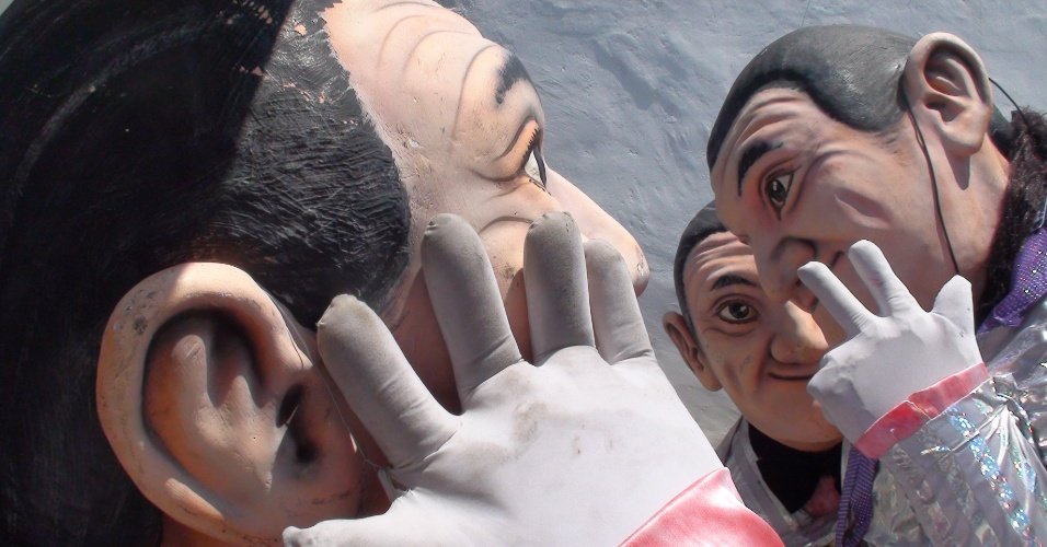 7.out.2012 - Três bonecos com a imagem de Marquito estão estacionados na garem do comitê político do assistente de palco de Ratinho no SBT
