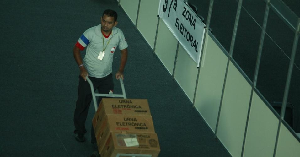7.out.2012 - Urnas chegam ao hangar Centro de Convenções da Amazônia para a apuração dos votos das eleições municipais em Manaus, neste domingo