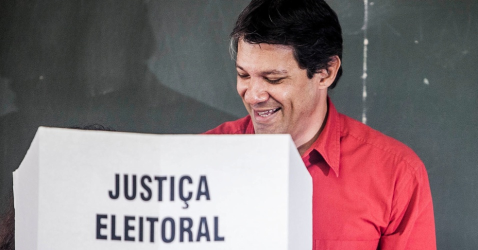 7.out.2012- Fernando Haddad, candidato à Prefeitura de São Paulo pelo PT, vota na manhã deste domingo (7) na zona sul da capital. Acompanhado da mulher e dos filhos, ele foi aplaudido na saída da seção eleitoral e descartou uma possível influência negativa do julgamento do mensalão na sua votação