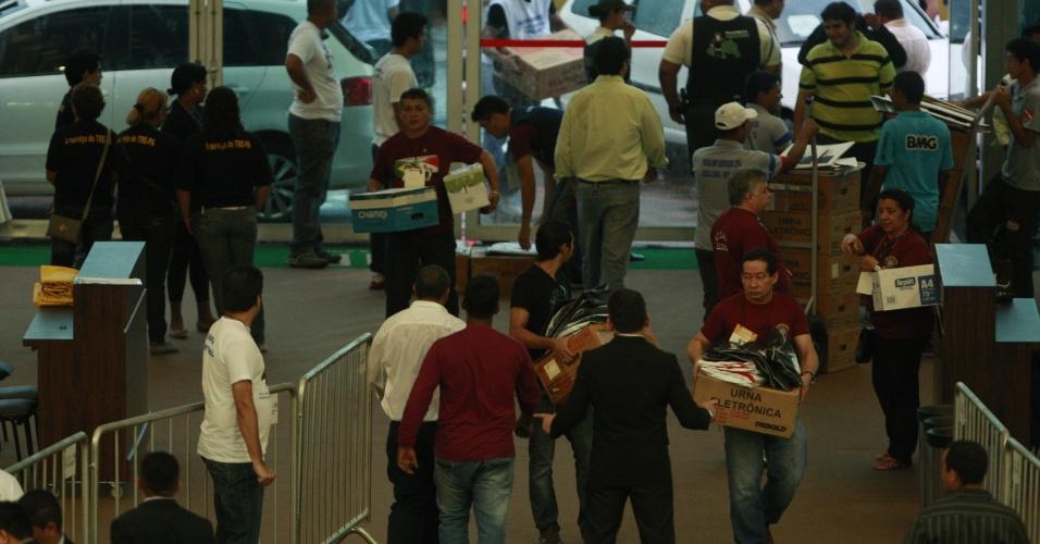 7.out.2012- Urnas chegam ao hangar Centro de Convenções da Amazônia para a apuração dos votos das eleições municipais em Belém, neste domingo