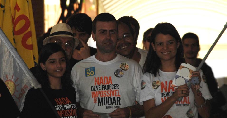 7.out.212 - O candidato à Prefeitura do Rio de Janeiro pelo PSOL, Marcelo Freixo, chega neste domingo (7) ao seu local de votação no Leblon com a mulher Renata Stuart e a filha Isadora