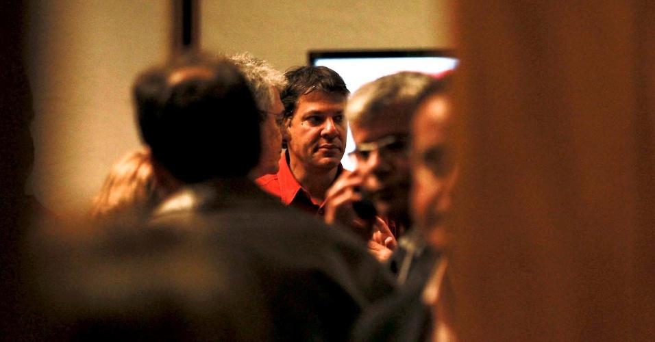 7.out.2012 - O candidato a prefeito do PT, Fernando Haddad, chega ao hotel Pestana, na zona sul de São Paulo, para acompanhar o término da apuração dos votos com dirigentes do partido. Ele não falou com a imprensa na chegada