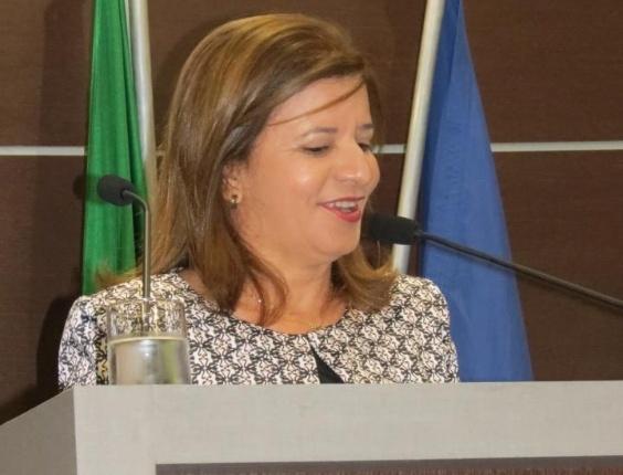 2.jul.2012 - A candidata a vereadora Graça Amorim