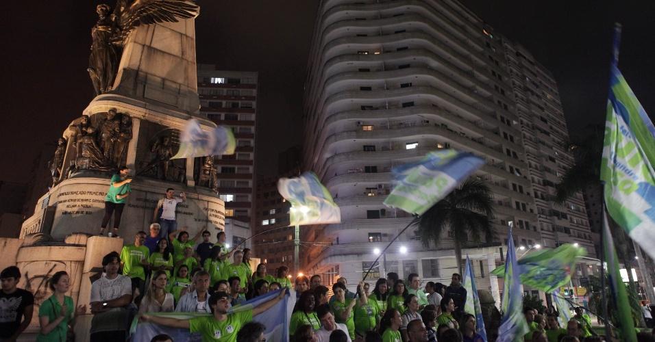 7.ou.2012 - Eleitores comemoram vitória do candidato Paulo Alexandre Barbosa (PSDB) no primeiro turno das eleições municipais de Santos. Com 58% dos votos, ele será o novo prefeito da cidade do litoral paulista