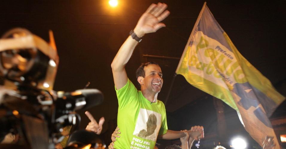 7.ou.2012 - O candidato Paulo Alexandre Barbosa (PSDB) comemora sua vitória no primeiro turno das eleições municipais de Santos. Com 58% dos votos, ele será o novo prefeito da cidade do litoral paulista