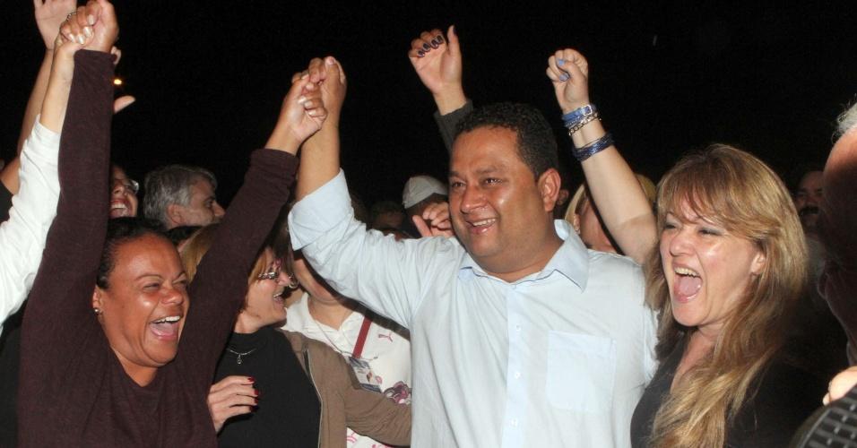 7.out.2012 - Candidato à Prefeitura de Ribeirão Pires, Saulo Benevides (PMDB), comemora a vitória com 58,31% dos votos válidos