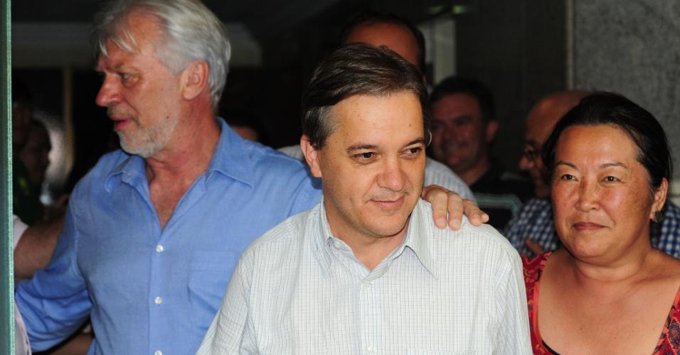 7.out.2012 -  Com 50,99% dos votos, o candidato do PT à Prefeitura de São José dos Campos, Carlinhos Almeida (centro), é eleito ainda no primeiro turno das eleições municipais da cidade do interior paulista