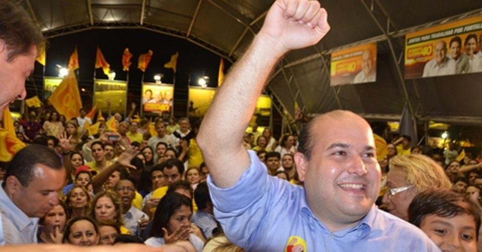 7.out.2012 - O candidato do PSB Roberto Claudio comemora ida para o 2º turno. Ele disputará com Elmano de Freitas (PT) a Prefeitura de Fortaleza