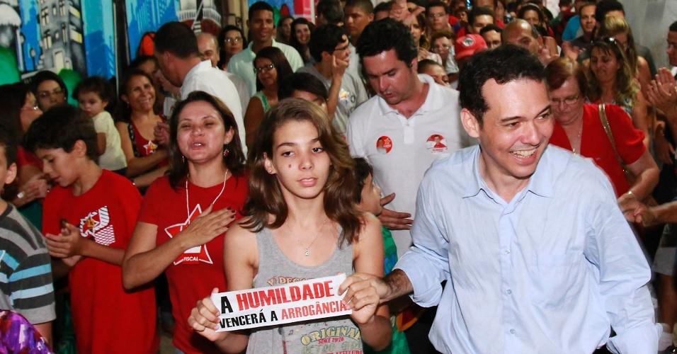 7.out.2012 - O candidato Lúdio Cabral (PT), à direita, comemora seu bom resultado nas eleições e ida ao segundo turno. Ele disputará a vaga na Prefeitura de Cuiabá com Mauro Mendes (PSB)