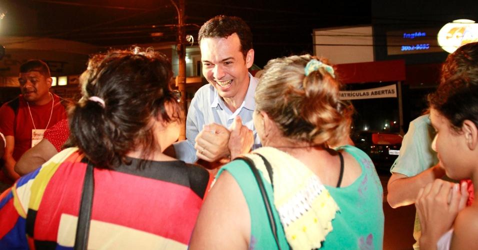 7.out.2012 - O candidato Lúdio Cabral (PT) comemora seu bom resultado nas eleições e ida ao segundo turno. Ele disputará a vaga na Prefeitura de Cuiabá com Mauro Mendes (PSB)