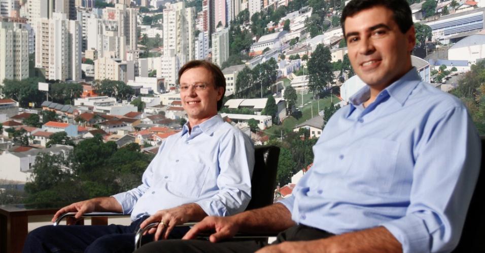 8.out.2012 - Alexandre Kireeff (esq) e Marcelo Belinati, candidatos à Prefeitura de Londrina (PR) que irão disputar o segundo turno das eleições municipais, se encontram um dia após o primeiro turno
