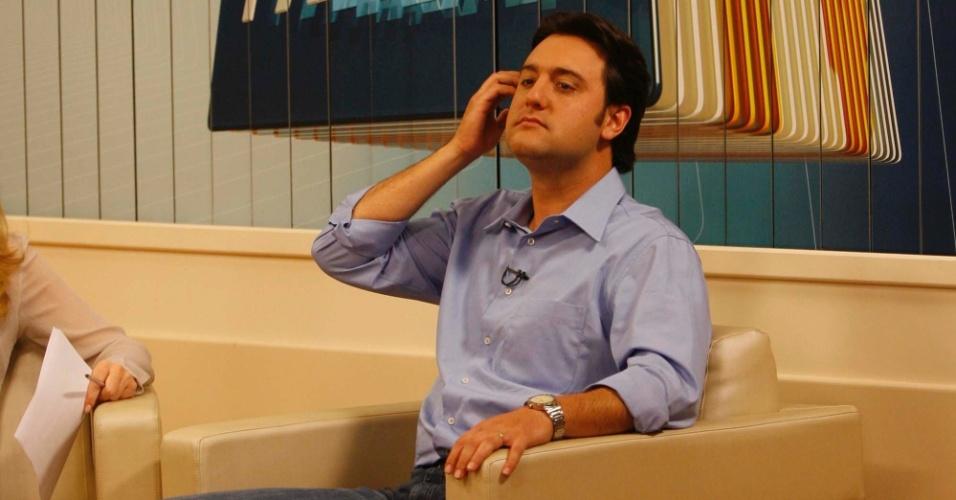 8.out.2012 - O candidato à Prefeitura de Curitiba pelo PSC, Ratinho Junior participa de entrevista coletiva ao Paraná TV, em Curitiba (PR), nesta segunda-feira. Em coletiva mais tarde, o candidato disse que não trocará apoio no 2º turno por aliança em 2014
