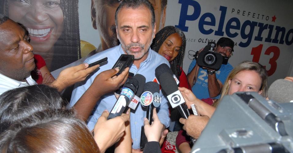 8.out.2012 - O candidato do PT à Prefeitura de Salvador, Nelson Pelegrino, concedeu entrevista coletiva no comitê de sua campanha na capital baiana, nesta segunda-feira