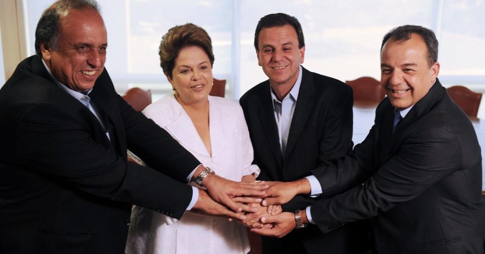 8.out.2012 - O prefeito reeleito da capital fluminense, Eduardo Paes (primeiro à dir.), o governador do Rio de Janeiro, Sérgio Cabral e seu vice, Luiz Fernando de Souza (o Pezão) (à esq.), se encontram com a presidente Dilma Rousseff no Palácio do Planalto em Brasília
